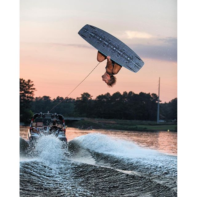 @jleeboi getting inverted on the O'Shea Pro 139. Check it out at Humanoidwake.com : @jefferson_mathis #wakeboarding